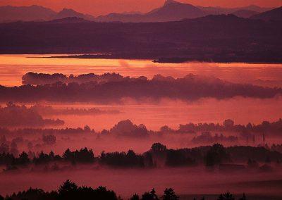 Vernebelter Chiemsee beim Sonnenuntergang