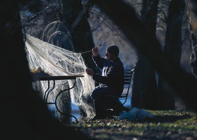 Mann webt Netze im Freien