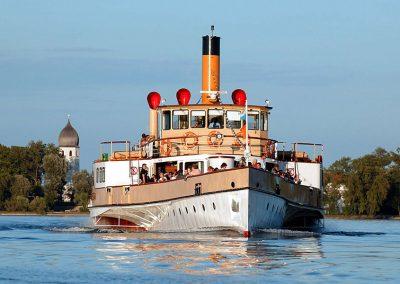 Bild von einem fahrendem Boot auf dem Chiemsee