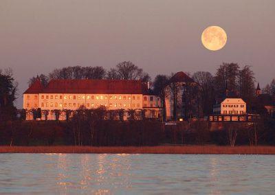 Bild von der Fraueninsel mit dem Mond darüber