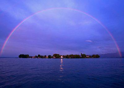 Regenbogen quer über dem Chiemsee