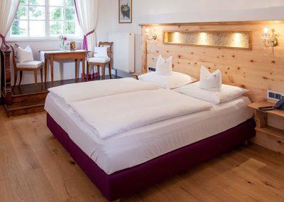 Aufbereitetes Bett in einem Doppelzimmer