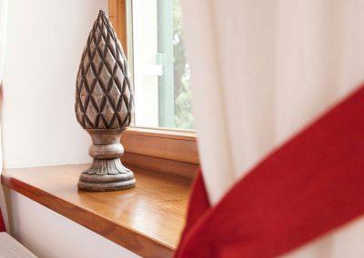 Fensterbrett mit Dekoration in einem Doppelzimmer