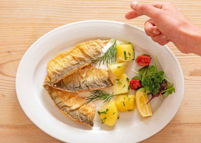 Fisch und Kartoffeln auf einem Teller
