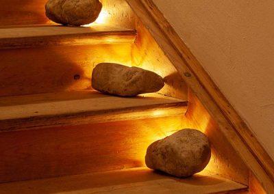 Steine auf der Holztreppe
