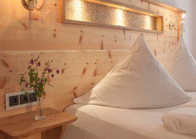 Aufbereitetes Bett und Nachtlichter in einem Doppelzimmer