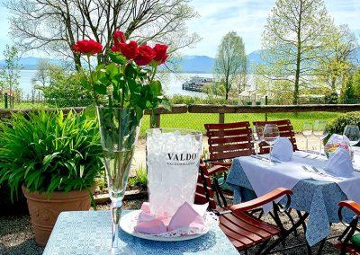Foto von einem gedeckten Tisch mit Rosen im Lindengarten