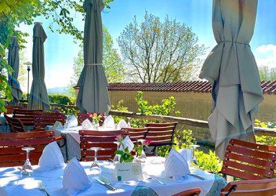 Foto von einem gedeckten Tisch im Lindengarten